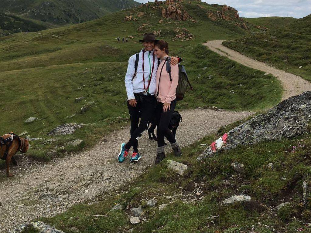 Thomas Müller mit Ehefrau Lisa in den Bergen