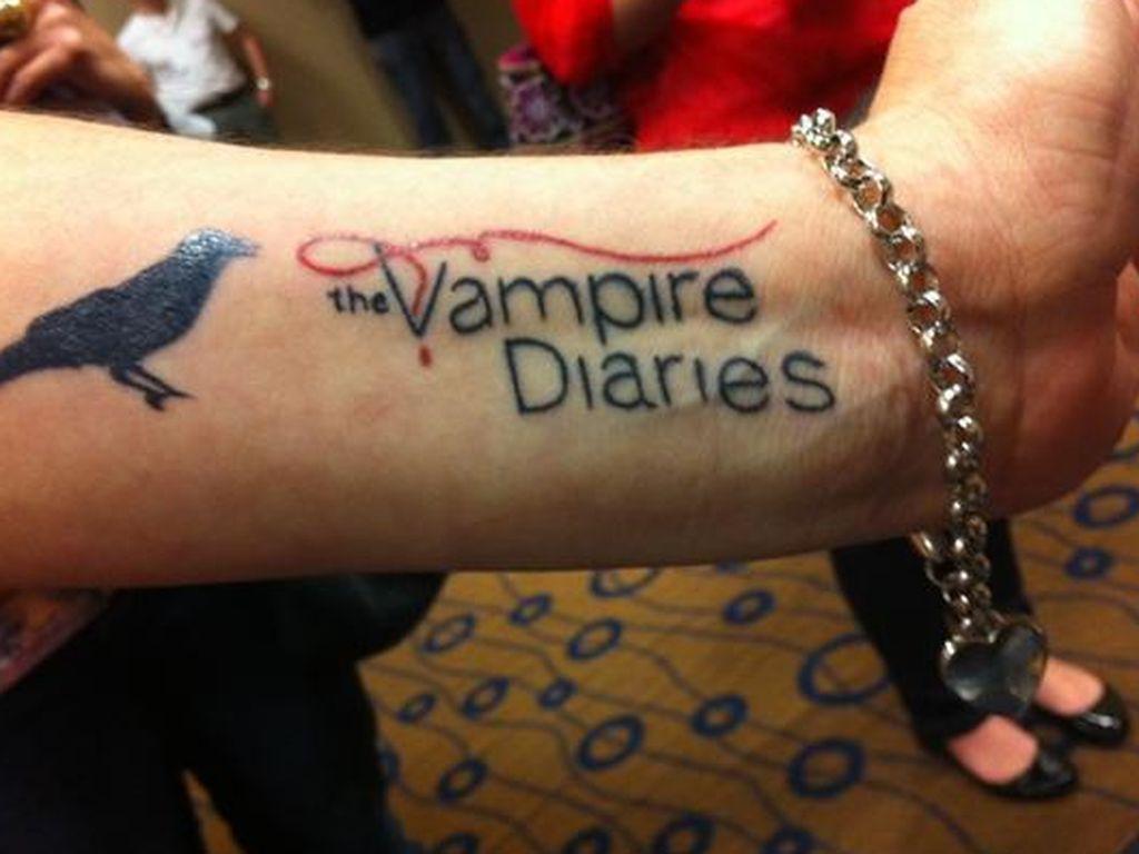 fan l sst sich vampire diaries logo t towieren. Black Bedroom Furniture Sets. Home Design Ideas