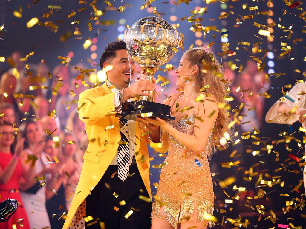 """Victoria Swarovski und Erich Klann mit dem """"Let's Dance""""-Pokal"""