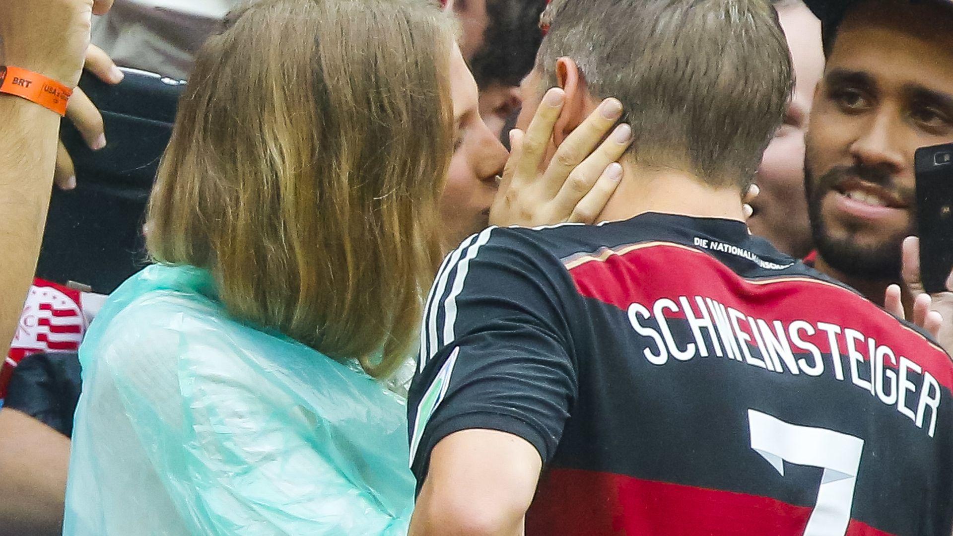 WM-Kuss: So süß gratuliert Sarah ihrem Schweini ... Sarah Brandner Bastian Schweinsteiger 2014