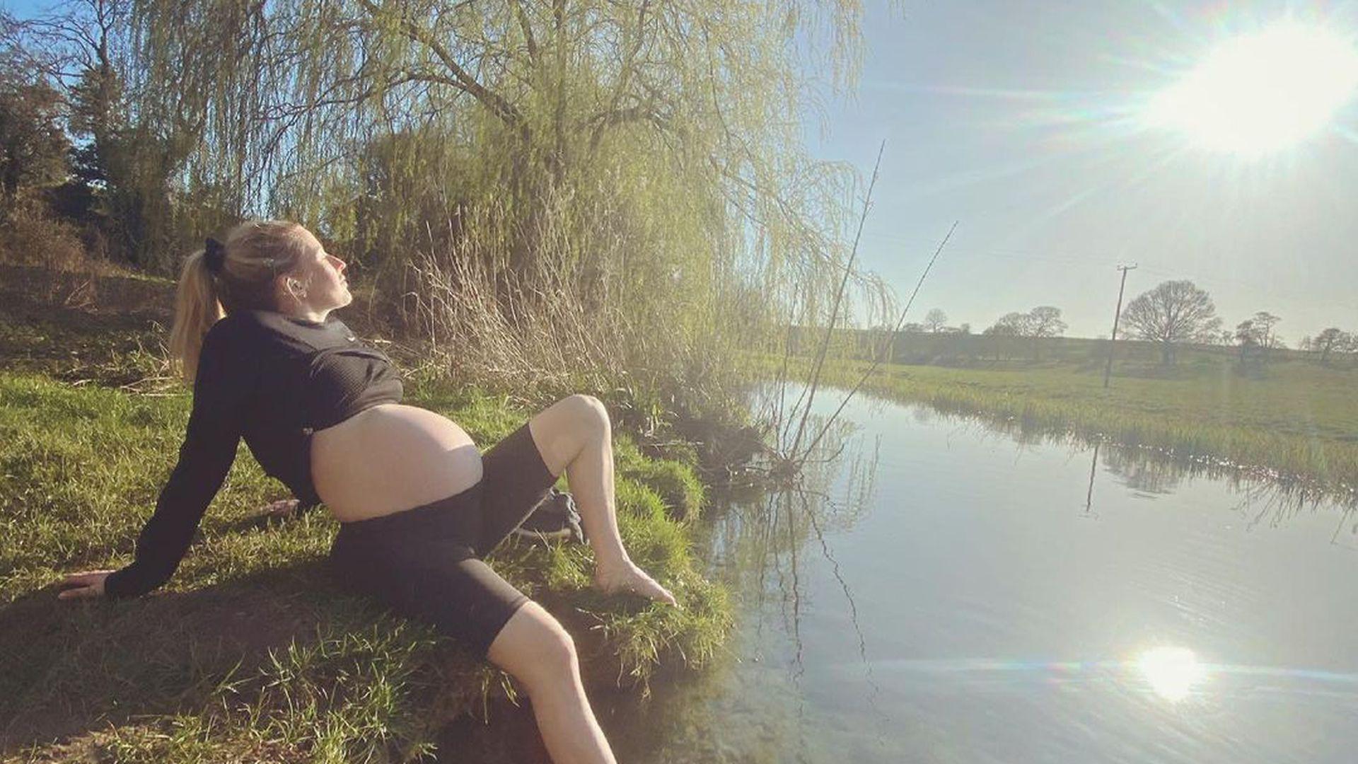Private-Aufnahme-Ellie-Goulding-zeigt-ihre-XXL-Babykugel