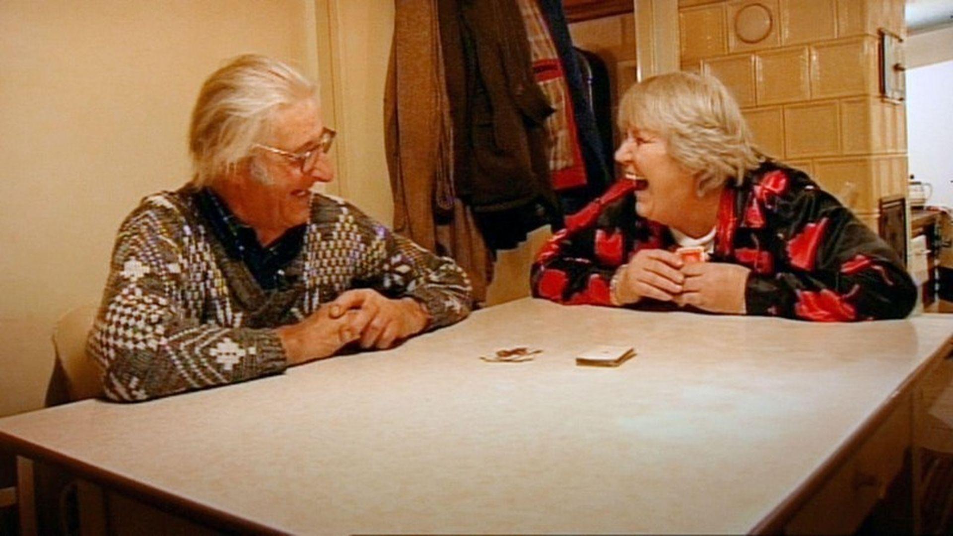 Mama spielt Strip Poker mit Sohn