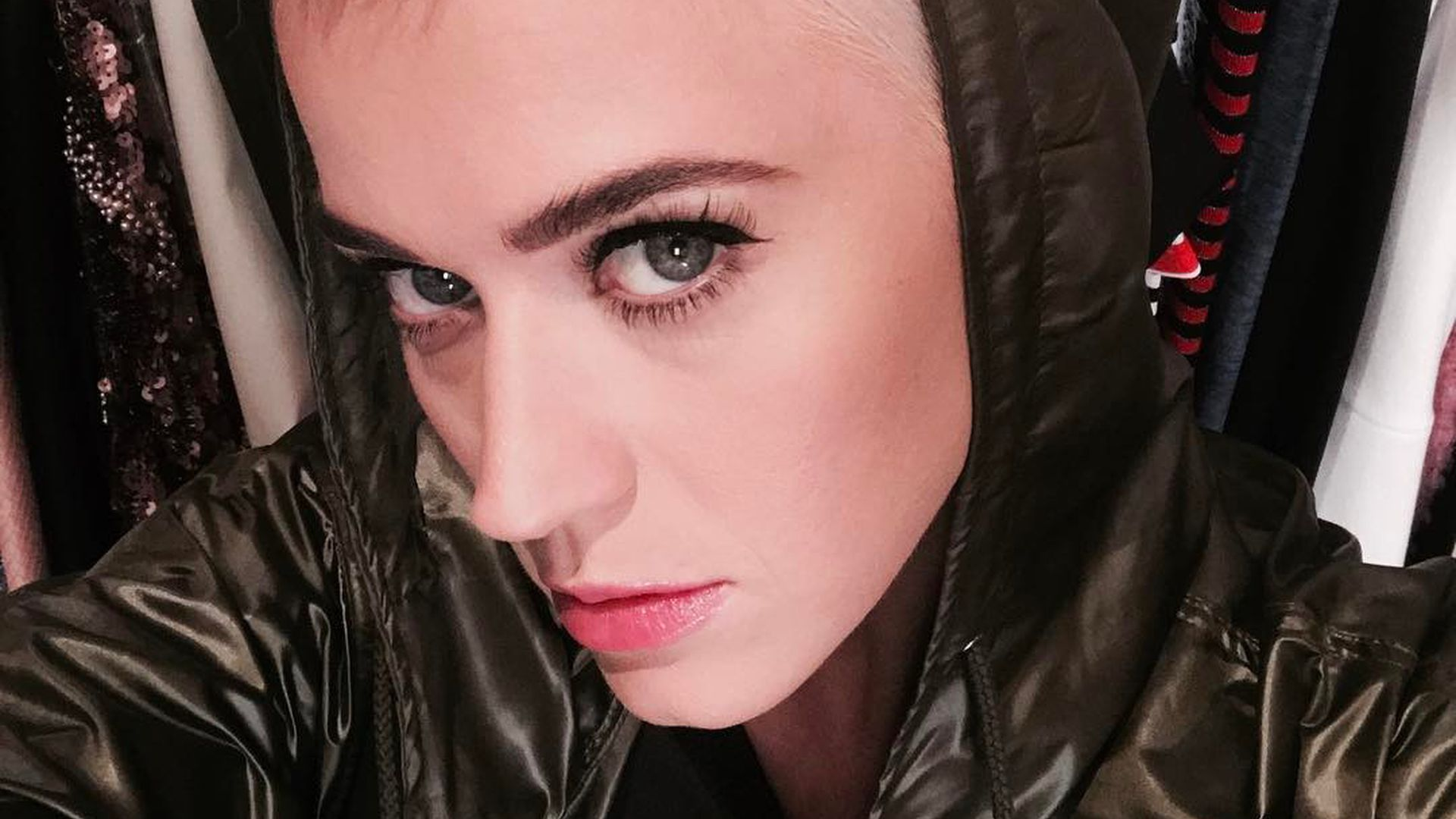 So Kurz Wie Noch Nie Katy Perry Trägt Jetzt Mini Pixie Promiflashde