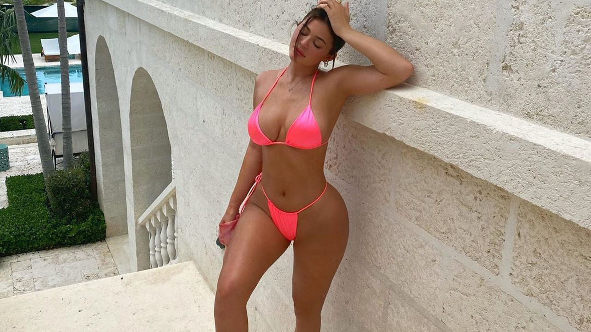 Peruanerin Posiert In Bikini