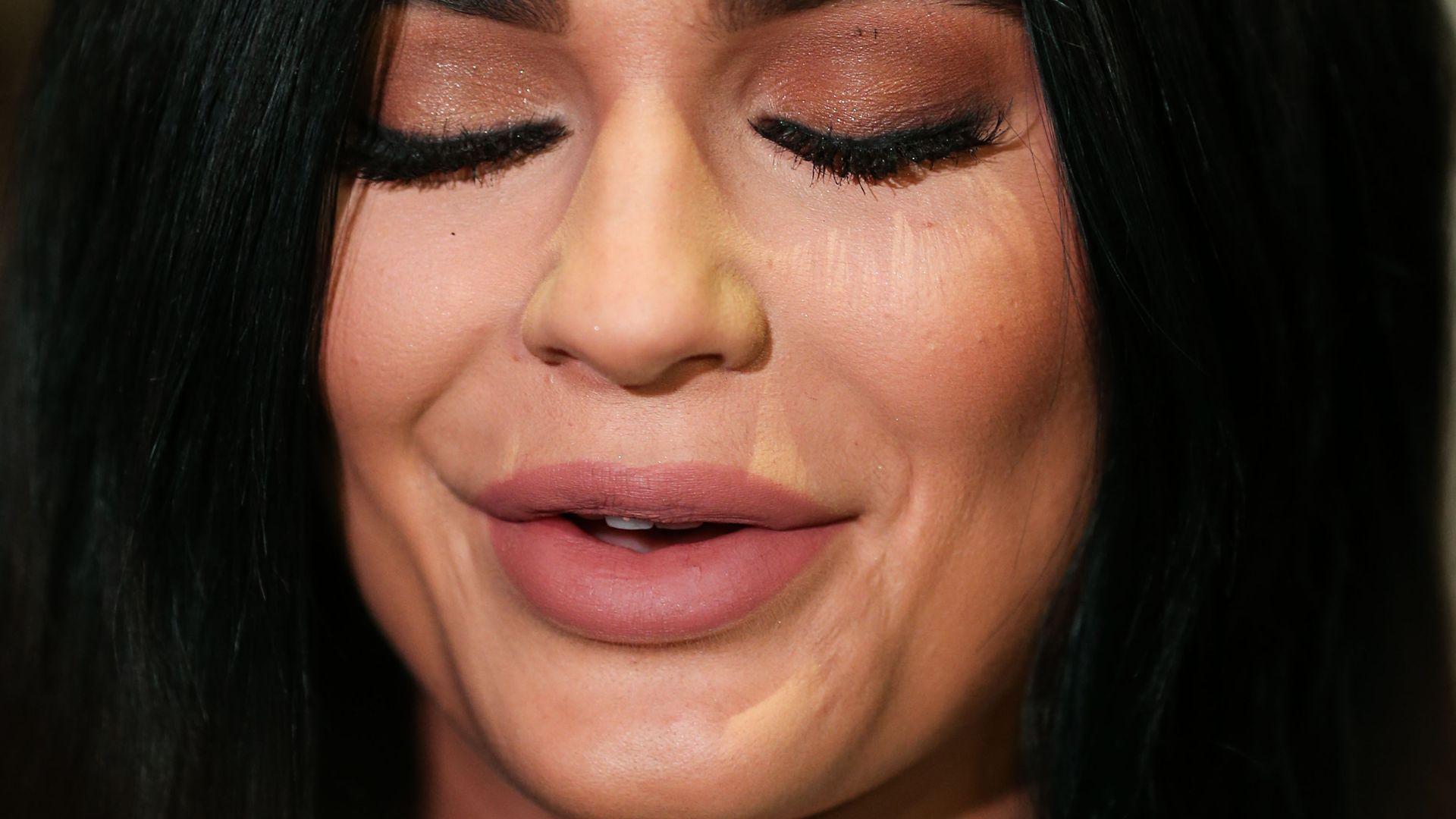 Kylie Jenner kann kaum lachen! | Promiflash.de