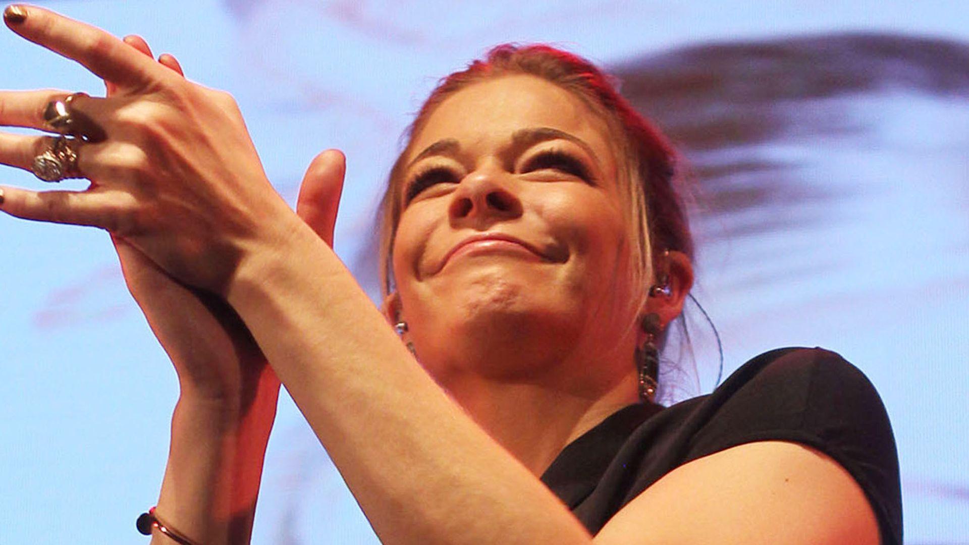 Peinlicher TV-Auftritt: War LeAnn Rimes betrunken? | Promiflash.de