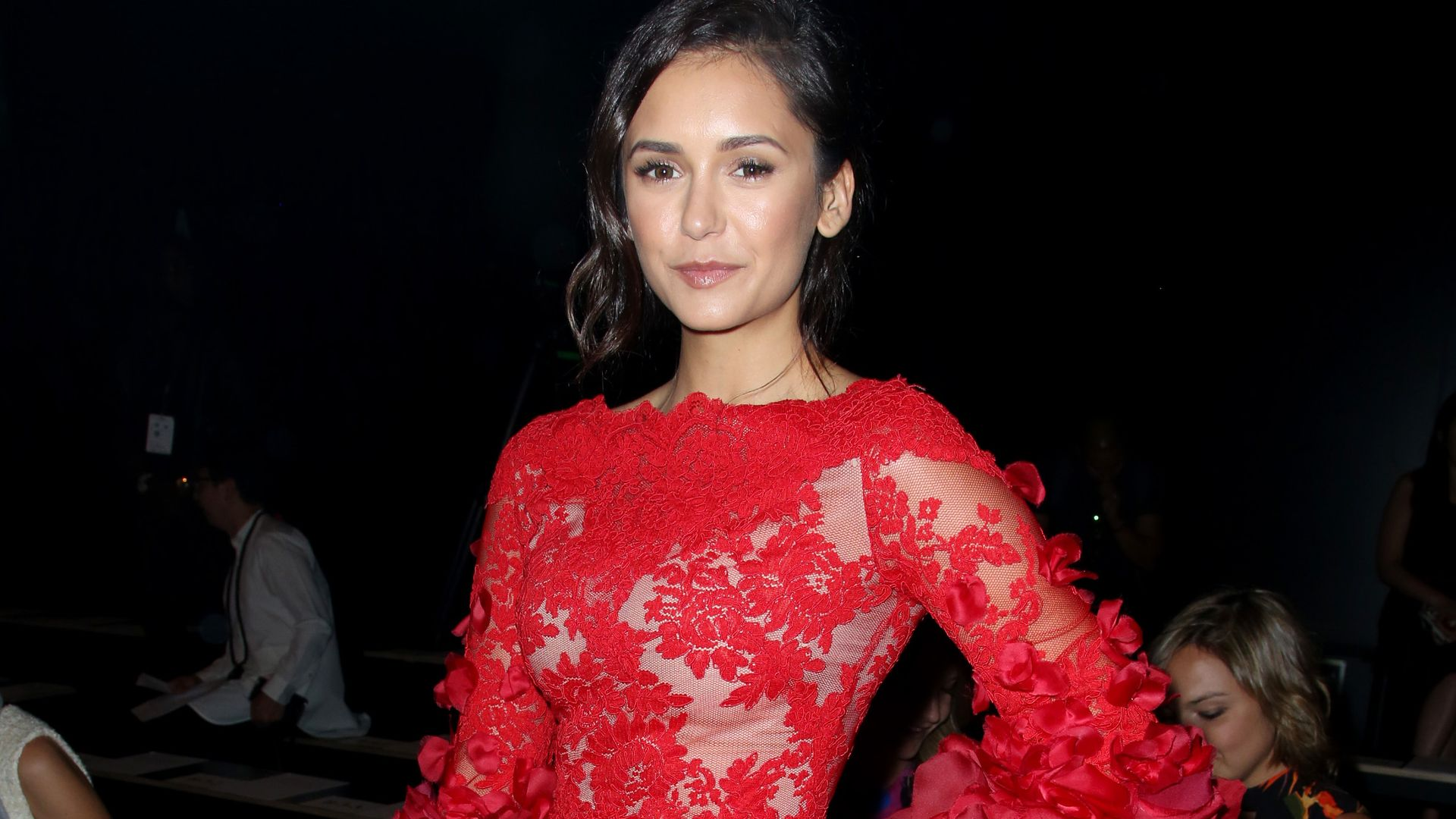 rote verf hrung nina dobrev verz ckt in spitze auf der nyfw. Black Bedroom Furniture Sets. Home Design Ideas