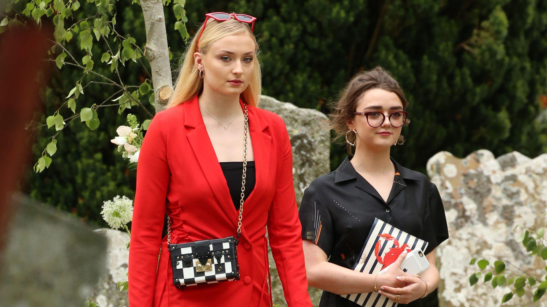 GoT-Maisie-Sophie-Turner-Partnerlook-auf-Kits-Hochzeit-