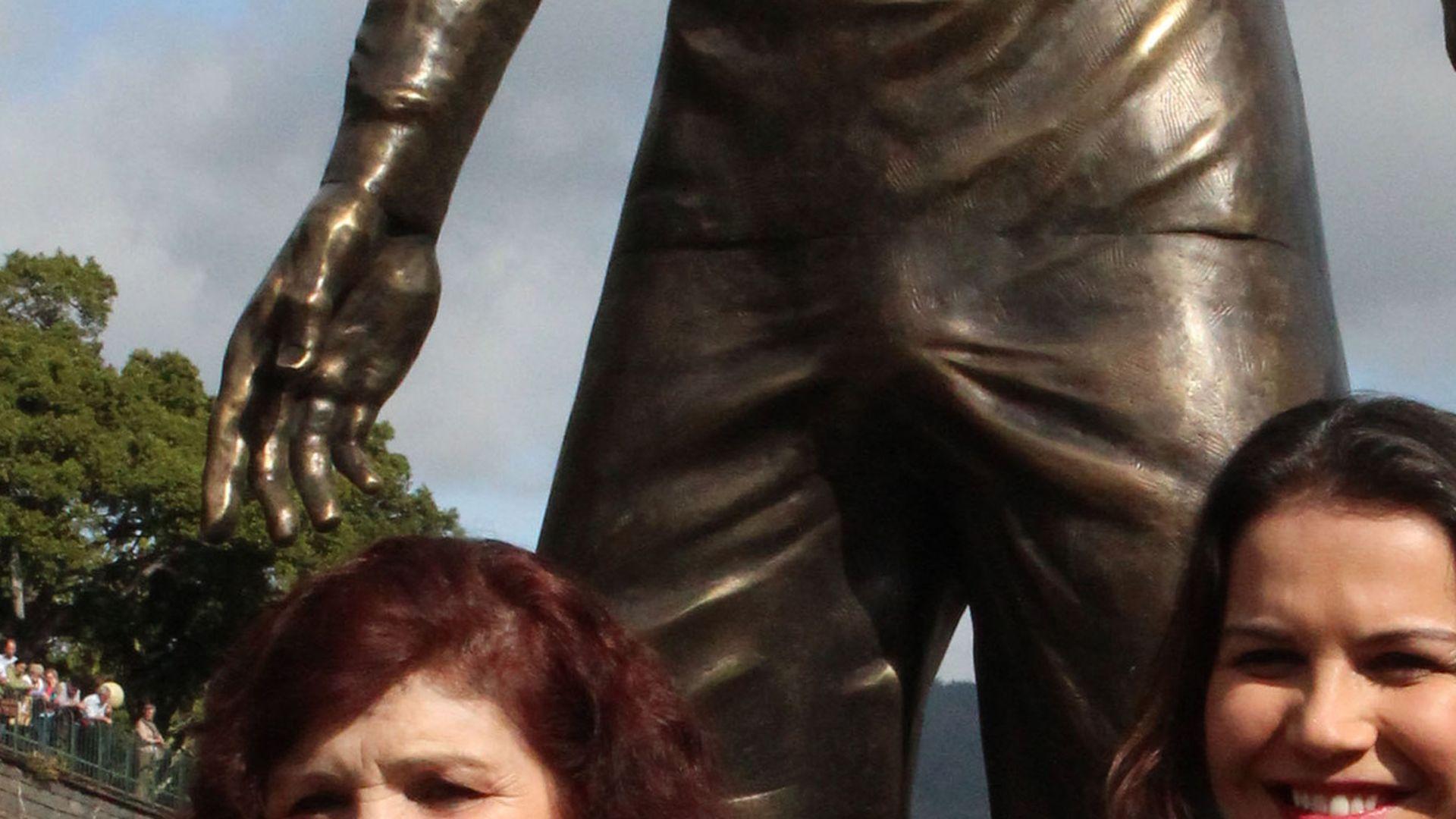 Cristiano Ronaldo und die Statue mit ganz viel Schwanz