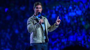 """""""Starke Schmerzen"""": Adam Devine gibt Liam Hemsworth-Update!"""