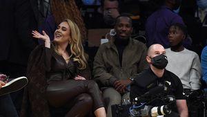 Hier strahlt Adele mit ihrem Freund Rich bei Basketballspiel