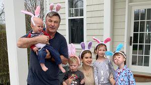 Nach Fehlgeburt: Hilaria & Alec Baldwin mit Kids als Häschen
