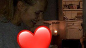 Früh übt sich: Alena Gerber spielt mit Töchterchen Klavier