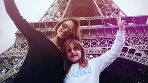Alessandra Ambrosio und Tochter Anja vor dem Eiffelturm in Paris