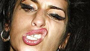 Amy Winehouse zeigt ihre Beisser