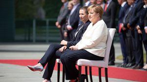 Nach Zittern: Angela Merkel hört Hymne erstmals im Sitzen