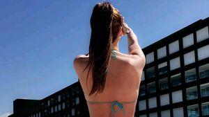 Angelina Heger im Bikini von hinten