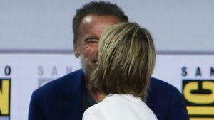 Auf Comic-Con: Arnold Schwarzenegger küsst seine Kollegin!