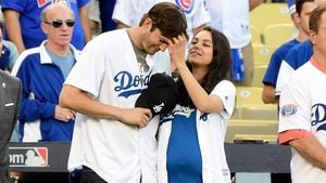 Ashton Kutcher und Mila Kunis beim Baseball in Los Angeles
