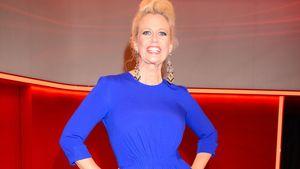 Barbara Schöneberger im blauen Kleid