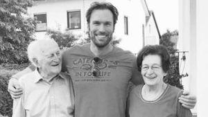 Bastian Yotta und seine Großeltern