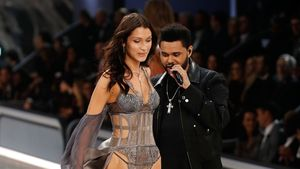 Bella Hadid und The Weeknd in der VS-Show in Paris