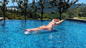 Hier rekelt sich Britney Spears auf Luftmatratze im Pool