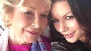 Mit zärtlichem Selfie: Catherine Zeta-Jones gratuliert Mama