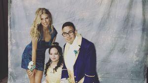 Charlotte McKinney und ein Pärchen auf einem Prom
