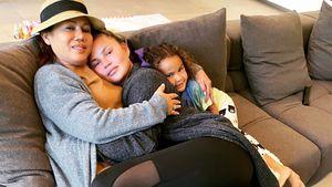 Familien-Kuscheln: Chrissy Teigen schmust mit Mama und Luna