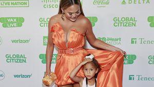 Unterm Kleid versteckt: Chrissy Teigen mit Luna auf Event