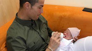 Süßer Throwback: Hier füttert Cristiano Ronaldo Baby Alana