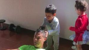 Süße Trainingspartner: Cristiano Ronaldo sportelt mit Kids!