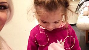 X-mas-Schmuck: Sophia Cordalis trägt Ohrringe – mal anders