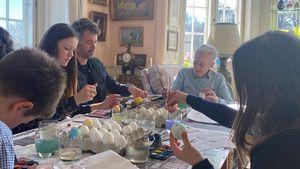 Ganze Familie beim Eierfärben: Ostergruß der Dänen-Royals