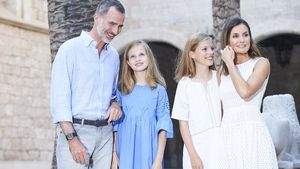 Mit Familie: Königin Letizia strahlt beim Sommer-Shooting