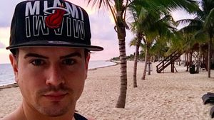 Total verschmust: Dominik Bruntner turtelt mit Playmate