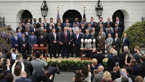 Donald Trump mit den New England Patriots vor dem Weißen Haus 2017