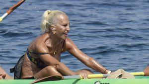 Hier paddelt Donatella Versace (65) im Bikini durchs Meer!