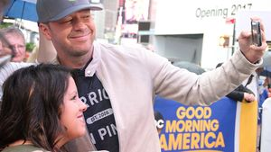 Donnie Wahlberg mit einem Fan in New York