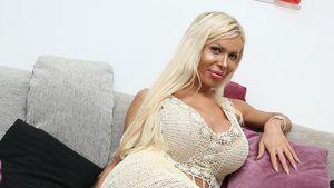 Edona James auf ihrer Couch
