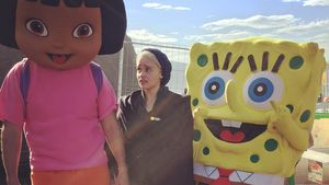 Emilia Clarke mit Dora und Spongebob Schwammkopf