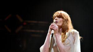 Schlaghose und Plateau: Florence Welch im coolen Hippie-Look