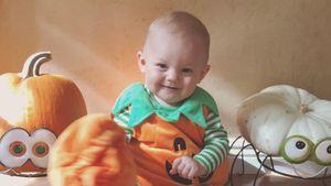 Niedlich! Dieser kleine Mini-Kürbis feiert sein 1. Halloween