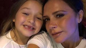 Weltfrauentag-Selfie: Victoria Beckham lächelt neben Harper!