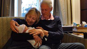 Hillary und Bill Clinton mit Enkelsohn Aidan