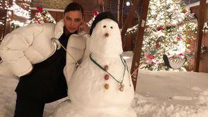 Cooles Duo: Model Irina Shayk posiert mit einem Schneemann