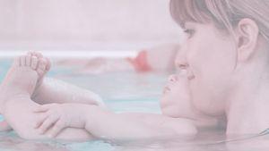 Wie süß: Isabell Horn mit Klein-Ella beim Babyschwimmen!