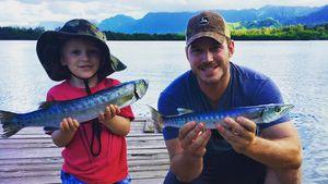 Kleiner Angler: Chris Pratts Sohn isst den Fang gleich roh!