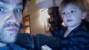 Süß! Jared Padalecki albert mit Sohn Thomas herum